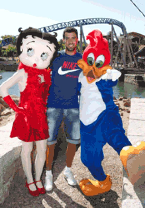 Sergio Busquets visits Portaventura in the final stretch your vacation