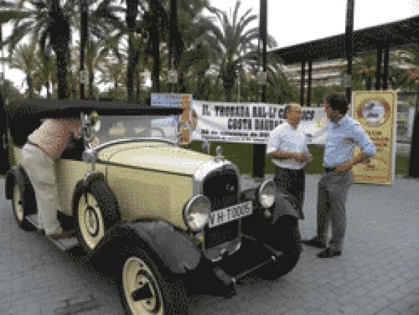 One hundred classic cars fill the streets of Salou on Sunday
