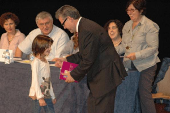 Salou VIII delivers award October 30 at the child and youth creativity