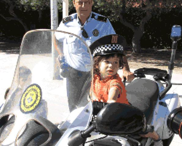 Police Salou and Catalan police explain their work to children of the Casal XicŽs 4
